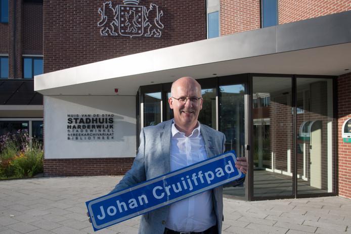 Bert Holleman had alvast een straatnaambord laten maken voor het door hem gewenste Johan Cruijffpad.