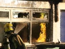 Gasleiding knapt bij bedrijfsbrand: Vlammen schieten alle kanten op