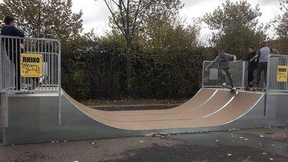 Skaters gaan loos op nieuwe halfpipe