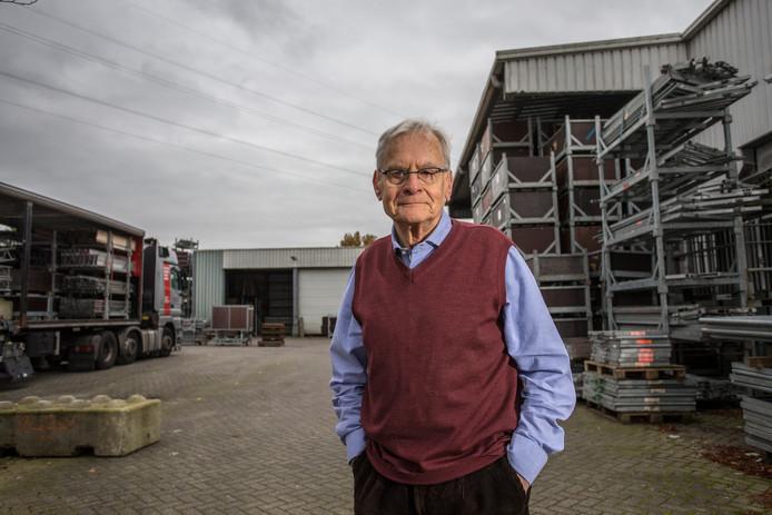Lochemer Focko de Zee beschreef de industriële bedrijvigheid in Lochem. Hij staat hier bij het bedrijf Stageco dat grote podia bouwt voor bijvoorbeeld popconcerten.