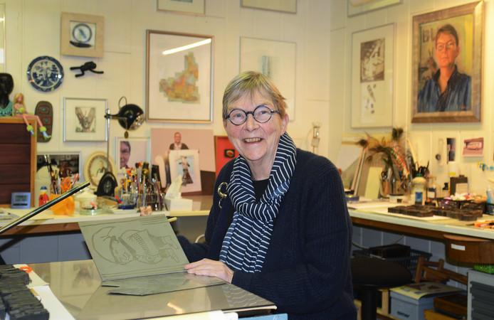Saskia Eggink achter de etspers in haar atelier in Zierikzee, waar ze elke vrijdag en zaterdag aan het werk is. Dan is haar atelier  ook geopend voor publiek. Daarnaast doet ze elke eerste zondag van de maand mee aan Kunstroute Havenkwartier.