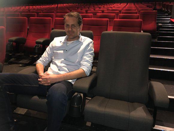 Bert Hermans van UGC Turnhout in één van de 1.000 nieuwe stoelen