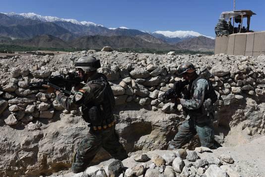 Afghaanse veiligheidstroepen nemen positie in nadat de VS de MOAB-bom hebben afgevuurd op een militair complex van IS.