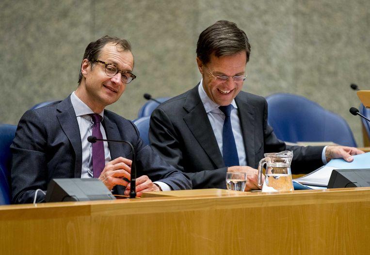 Minister Eric Wiebes van Economische Zaken en Klimaat (VVD) en Premier Mark Rutte tijdens het Tweede Kamerdebat over de omstreden memo's rond de afschaffing van de dividendbelasting.  Beeld ANP