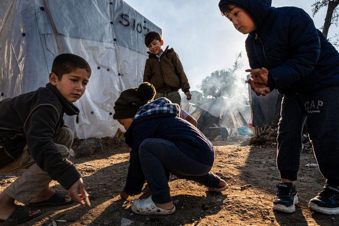 Momenteel zitten er naar schatting meer dan 20.000 vluchtelingen op het Griekse eiland Lesbos. Ze verblijven voornamelijk in en rondom het opvang kamp Moria. De meeste vluchtelingen zitten hier al een tijd en hebben hun dagelijkse routine gevonden, in onzekere afwachting op hun toekomst. Kinderen zijn aan het spelen met knikkers.