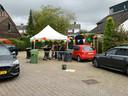 Een rij met auto's die voor Tim zijn verjaardag door de coronaproof drive tru reden in Mijnsheerenland.