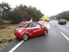 Auto slaat over de kop en belandt in middenberm van A28
