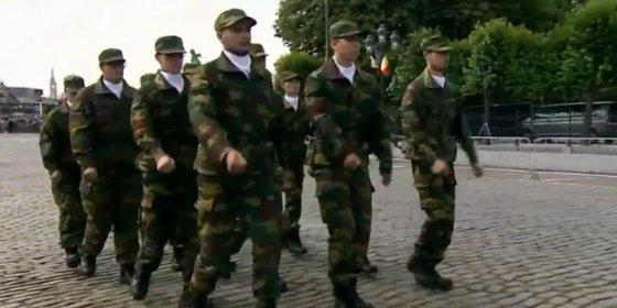 Knullig marcherende Belgische cadetten gaan viraal