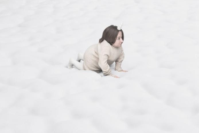 Chiara Bersani kruipt in de huid van een eenhoorn. Foto Giulia Traversi