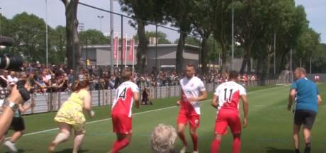 Nieuwe Utrecht-trainer John van den Brom laat supporters sprintje trekken (en doet zelf ook mee)