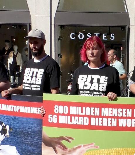 Actievoerders laten zich verpakken in vleesschaal in Dordrecht