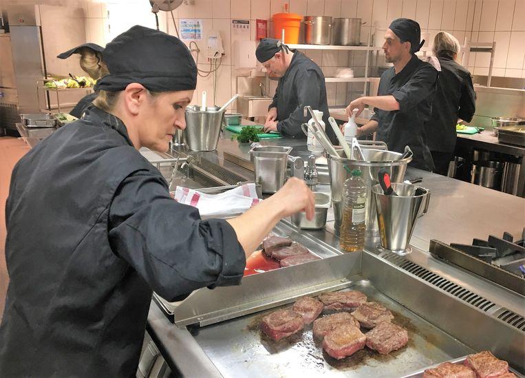 Dinsdag is het vaak druk omdat het dan telkens 'steakdag' is.