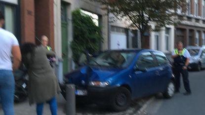 Chauffeur laat auto en passagiers achter na crash