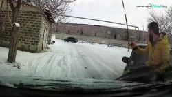 Bliksemsnelle reflexen redden man van slippende auto