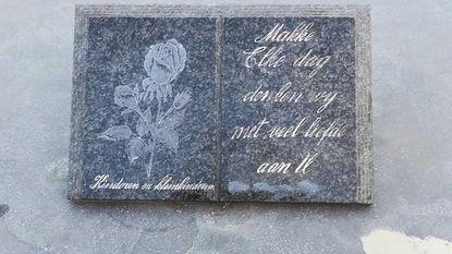 """Vrouw vindt gedenksteen oma terug op rommelmarkt: """"Voor twee euro kreeg ik hem"""""""