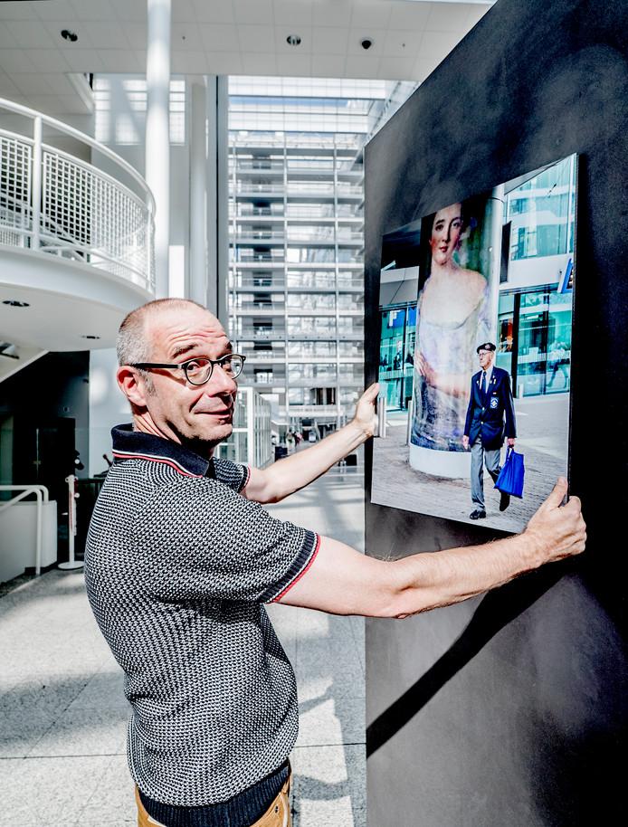 Owen Schumacher, bezig met de inrichting van de expositie in het Atrium Den Haag.