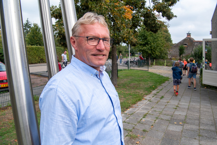 Directeur Max Bakhuis kijkt tevreden terug op de eerste schooldag van de groepen 7 en 8 van De Spiegel in de oude basisschool De Carrousel in de buurtschap Ankum.