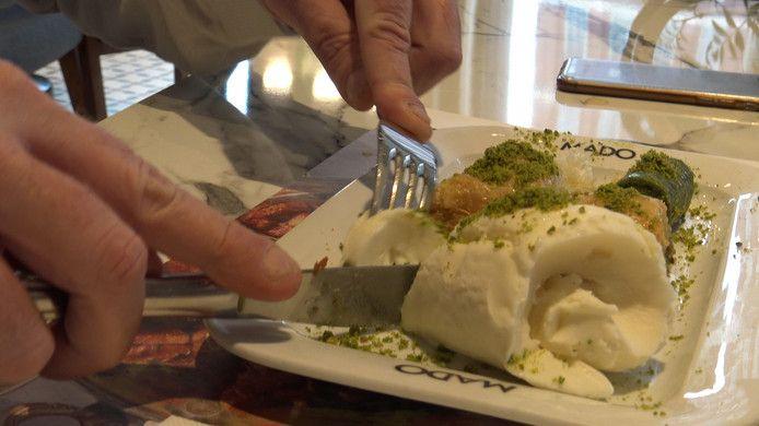 Mado is bekend om het plakijs dat met mes en vork gegeten wordt.