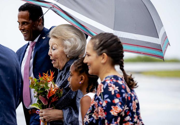 Prinses Beatrix komt aan op het vliegveld van Saba