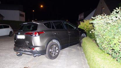 Twee geparkeerde auto's van zelfde eigenaars aangereden, bestuurder scheurt met piepende banden weg
