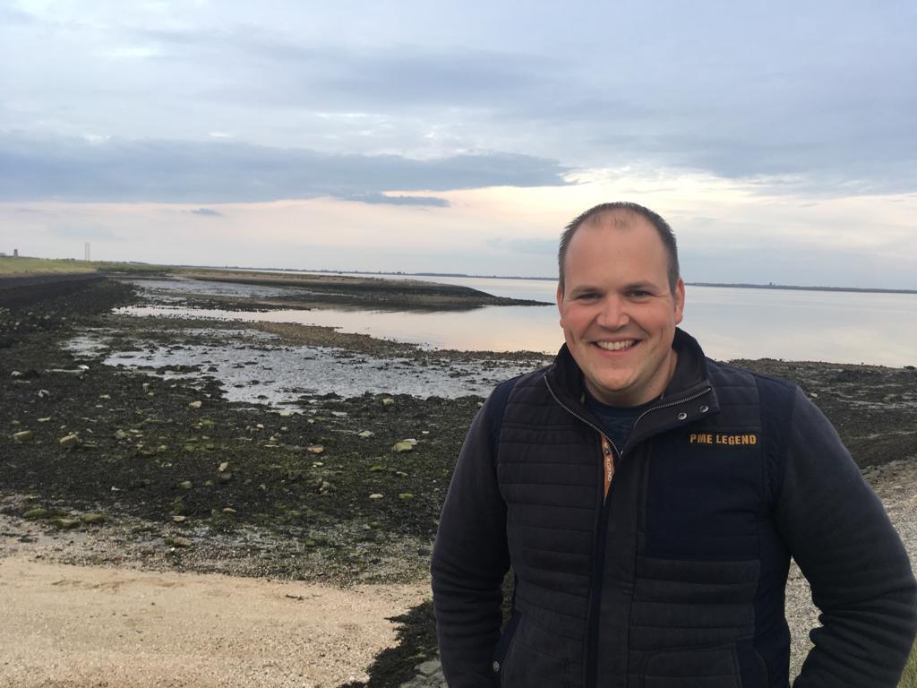 Wilco Jacobusse bij het strandje van Burghsluis. Mensen komen door Riens enthousiasme vakantie vieren op Schouwen-Duiveland