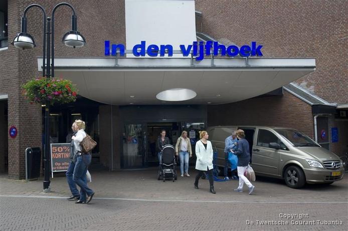 Het college houdt vast aan het oorspronkelijke plan voor de revitalisatie van winkelcentrum In den Vijfhoek. Dat betekent dat de passage aan de zijde van de Deurningerstraat aan de openbaarheid moet worden onttrokken.