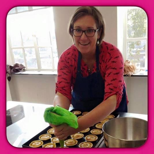 Judith Elst heeft Coronagebakjes gemaakt.
