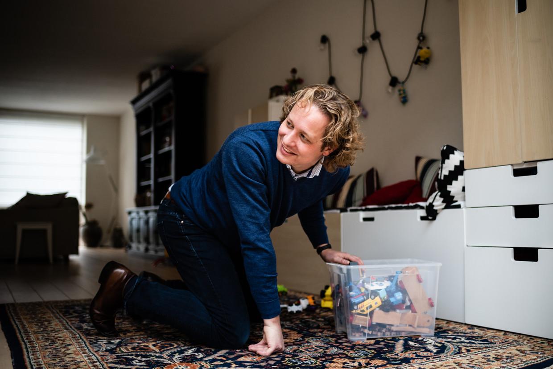 Alfons Groenland thuis in Best. Hij heeft veel baat bij mexiletine tegen zijn spierziekte. Het middel geeft hem de energie die hij als vader van drie jonge kinderen hard nodig heeft. Beeld Katja Poelwijk