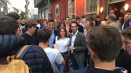 VIDEO. Dries Van Langenhove en Tom Van Grieken speechen in bomvolle Gentse studentenkroeg