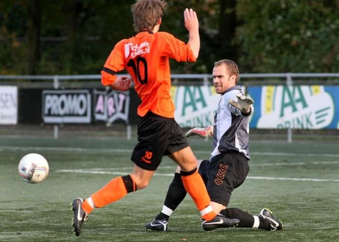 Raymond van Driel redt namens RKHVV tegen Voorwaarts Twello. De doelman speelt volgend seizoen voor AWC. Foto: Fons Sluiter