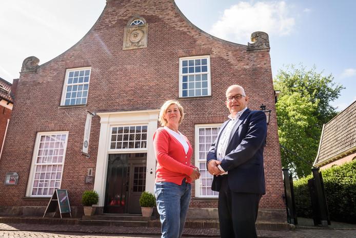 Directeur Liesbeth Hassink (links) en bestuurslid Ton Tammerveld van het Bussemakerhuis, dat ruim 25 jaar bestaat als museum.