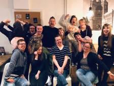 Johnny de Mol verrast medewerkers Brownies & Downies Zwolle: 'Meisje barstte in huilen uit'