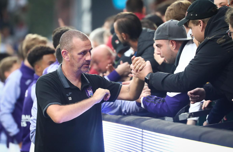 Simon Davies met fans van Anderlecht na de 4-2 nederlaag bij KV Kortrijk afgelopen zaterdag.