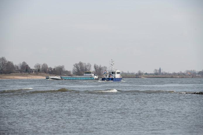 PR dgfoto Gelderlander Ewijk - Winssen: het ontgassen van schepen op de Waal [OP DE FOTO: BOOT VAN DE WATERPOLITIE]