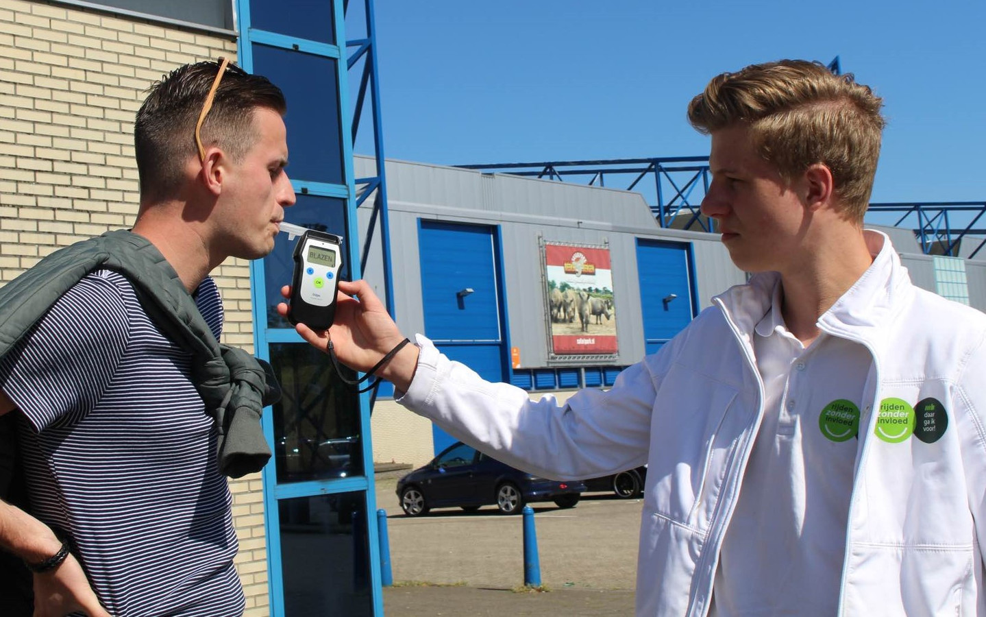 Het campagneteam van Rijden Zonder Invloed is in Gelderland en Overijssel op verschillende locaties aanwezig om mensen vrijwillig een alcohol- of drugstest te laten doen.
