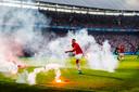 Van Rhijn gooit vuurwerk van het veld tijdens de bekerfinale tegen Feyenoord.