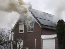 Brandweer haalt slachtoffer uit brandend huis in Duiven, mogelijk nog meer mensen binnen