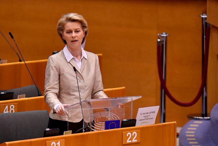 Voorzitter Ursula von der Leyen van de Europese Commissie sprak vandaag een nagenoeg leeg Europees Parlement in Brussel toe. De meeste parlementariërs volgen de sessie vanuit huis.  Beeld AFP