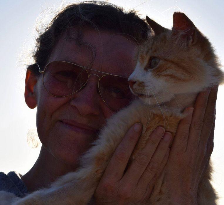 Joan Rachlitz Bowell met een van de vele katten.