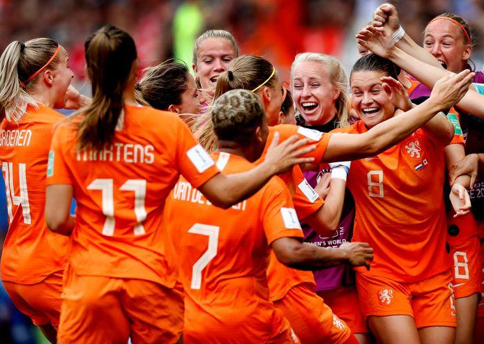 WK Dames Nederland-Canada Iedereen is blij met de 1-0 van Anouk Dekker die wordt opgewacht dor Sherida Spitse Foto ; Pim Ras