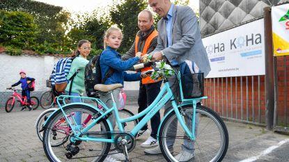 Leerlingen komen massaal te voet of met fiets naar school tijdens Strapdag