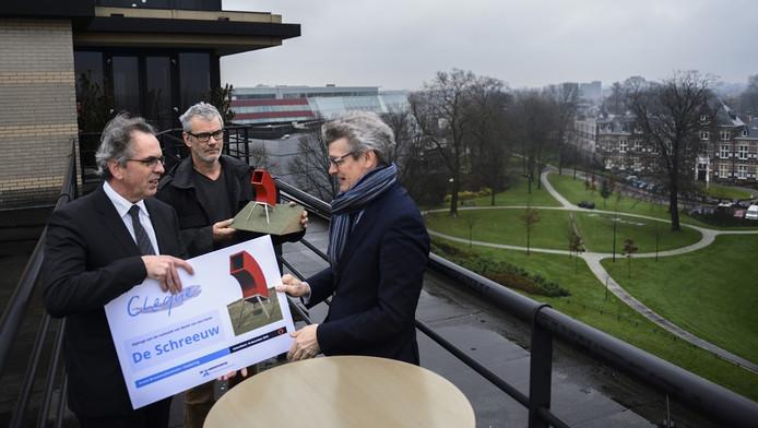 Frank Romijn van de Amersfoortse overhandigt de cheque voor kunstwerk De Schreeuw aan burgemeester Lucas Bolsius. Kunstenaar Rob Sweere kijkt in het midden toe.