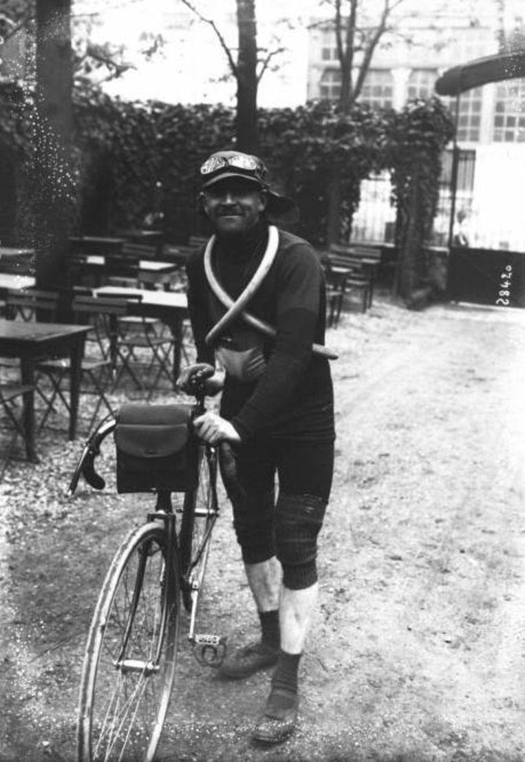 Charles Kippert, deelnemer aan de Omloop van de Slagvelden in 1919, op zijn koersfiets die ruim 20 kilogram woog.