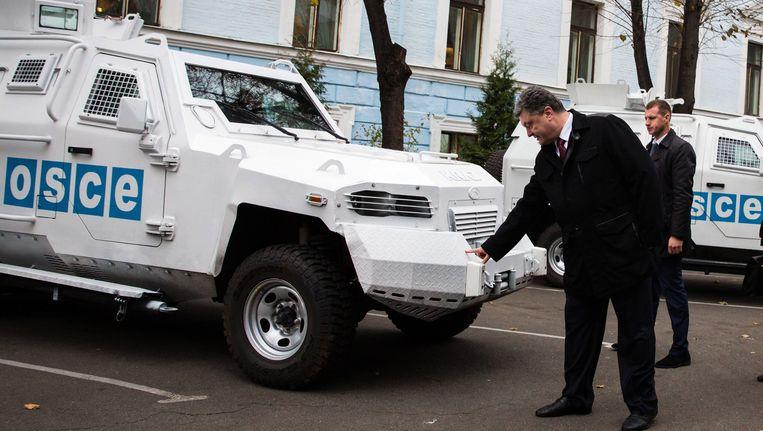 De Oekraïense president Porosjenko inspecteerde vorige week een gepantserde wagen van de OVSE. Beeld ap