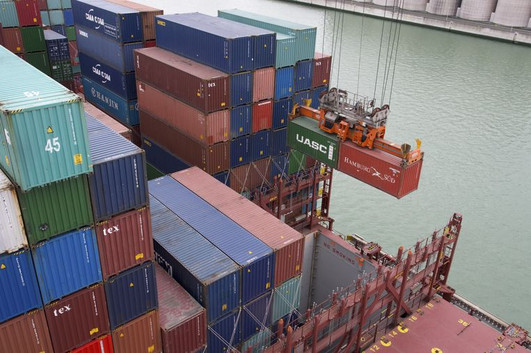 Vrachtcontainers worden gelost in de Rotterdamse haven Beeld anp