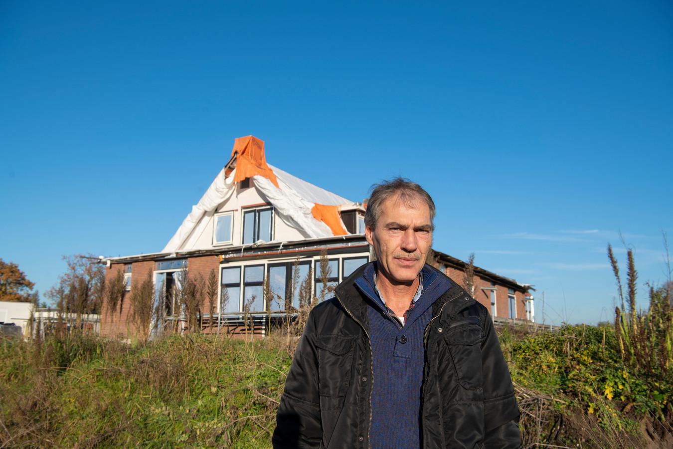 Gerrit van den Brink bij zijn bijna afgebouwde huis aan de Oudedijk, waarvan de gemeente wil dat het wordt gesloopt.