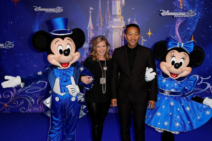 Disneyland Parijs-ceo Catherine Powell met zanger John Legend tijdens de viering van de officiële 25 jarige verjaardag in april.