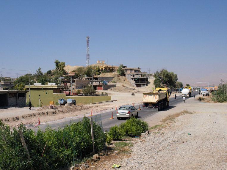 Pas kort geleden begon het werk aan de drukke weg in Oud-Zarayan. Beeld Judit Neurink