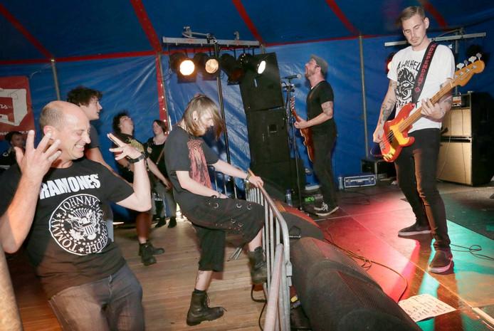 Het festival Breda Barst in het Valkenbergpark in Breda. Optreden van The Broken Anchors in de Spaanse Kraag, de metaltent. Foto: Joyce van Belkom/Pix4Profs