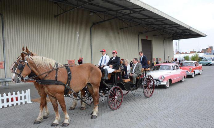 De bezoekers van het feest aan Katoen Natie worden eerst rondgeleid met een paard van Willy Naessens en koets.